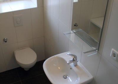 Monteurzimmer Bad mit Spiegel, Toilette und Waschbecken