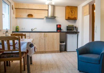 Monteurzimmer Küche mit Sitzgruppe und Sessel