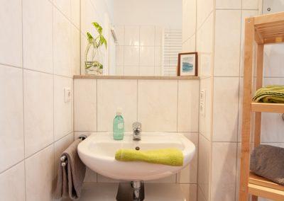 Monteurzimmer Bad mit Dusche und Handtüchern