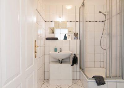 Monteurzimmer Leipzig Zentrum Badezimmer mit Dusche und Waschbecken