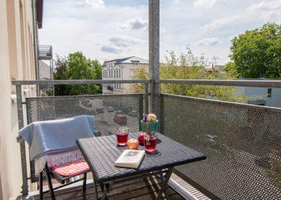 Monteurzimmer Balkon mit Sitzgelegenheit