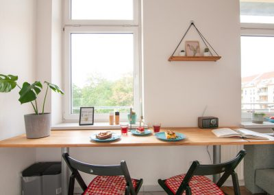 Monteurzimmer Küche mit Sitzgelegenheit und Block zum Balkon