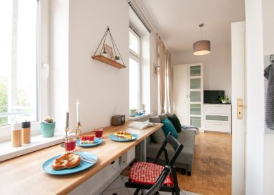 Monteurzimmer Küche mit Sitzgelegenheit und TV