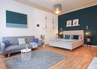 Monteurzimmer Bett mit Sofa und TV