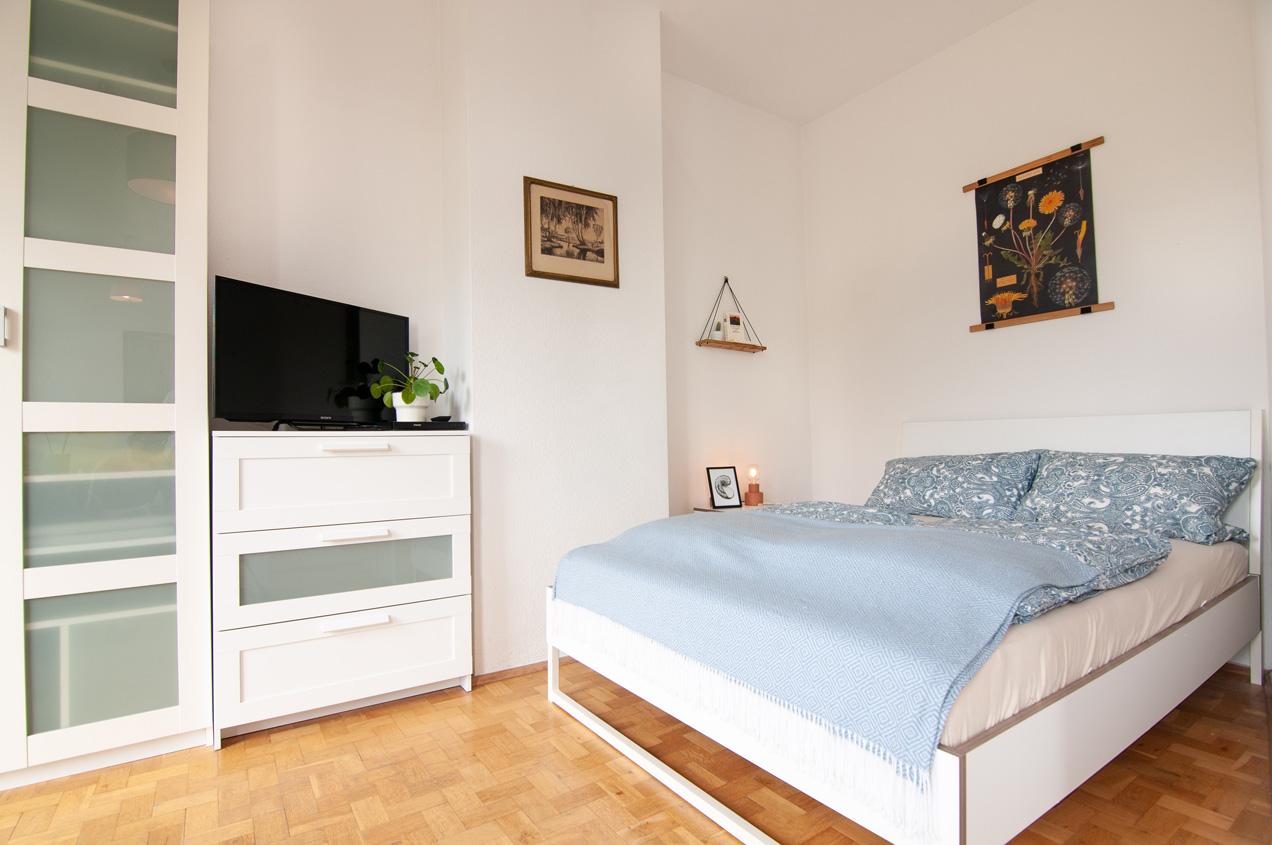 Monteurzimmer Bett, Kleiderschrank und TV