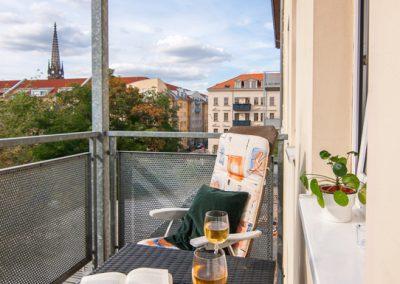 Balkon mit Sitzgruppe und Blick auf das Zentrum von Leipzig
