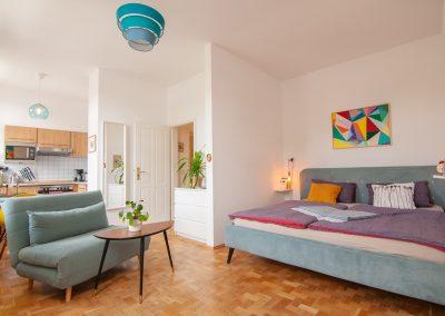 monteurzimmer Bett mit Sitzgruppe und Küche