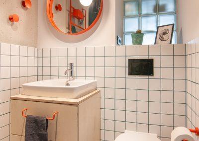 Toilette mit Waschbecken und Spiegel
