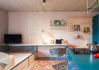 Küche mit TV und Sitzgelegenheit
