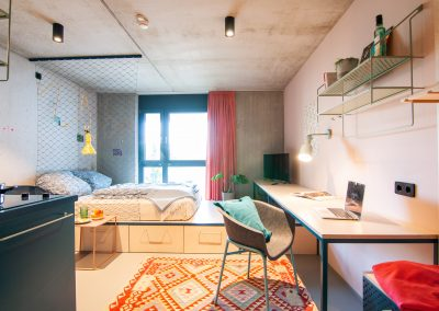 Monteurzimmer mit Doppelbett Fenster und TV
