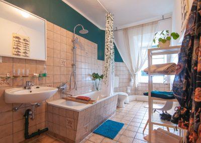 Monteurzimmer Badezimmer mit Waschbecken und Badewanne