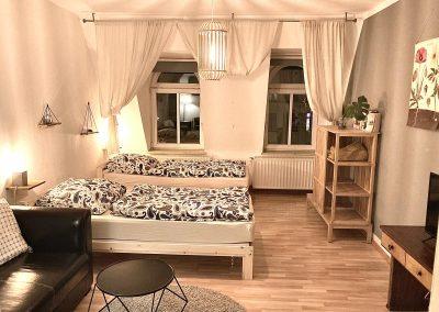 Monteurzimmer mit 2 Einzelbetten, TV und Couch