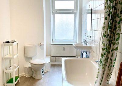 Badezimmer mit Dusche, Toileete und Waschmaschine