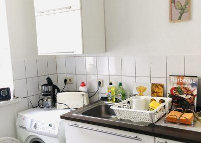 Küche mit Spüle und Waschmaschine