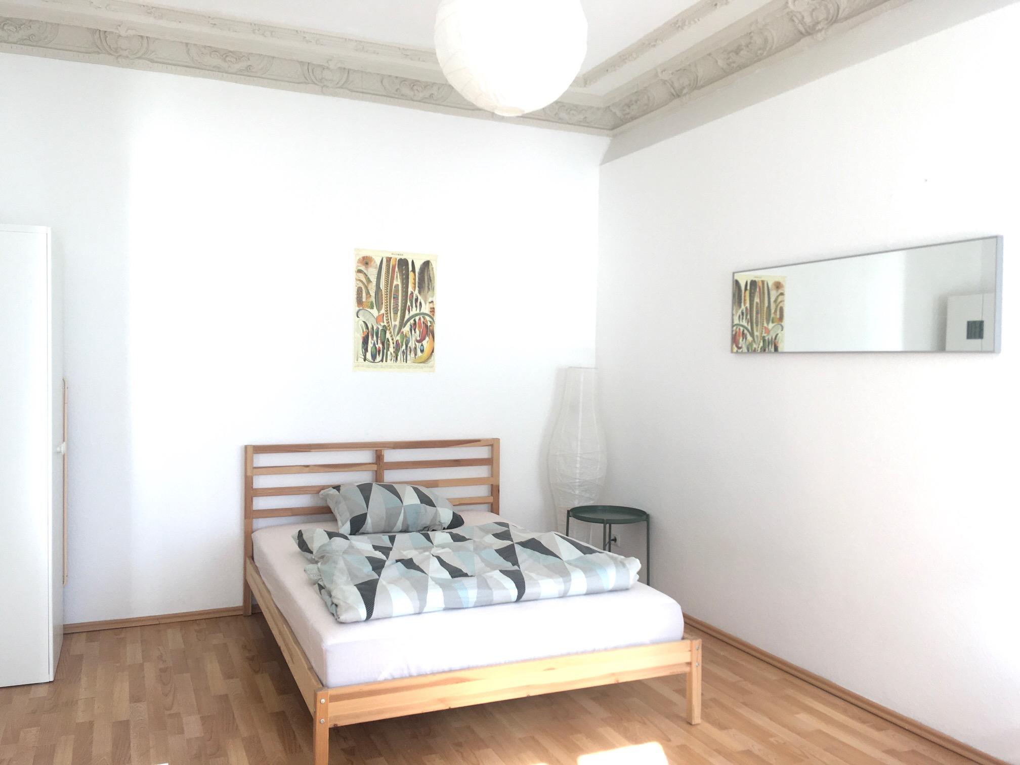 Monteurzimmer Bett mit Schrank und Spiegel